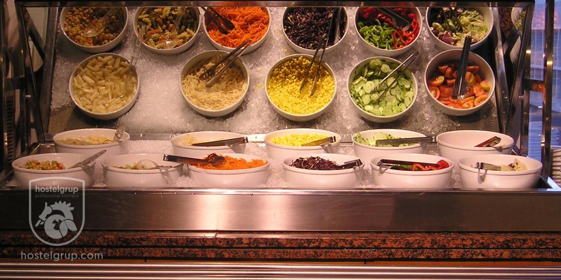 Distribuidor de ensalada en el área de servicio de la Jonquera